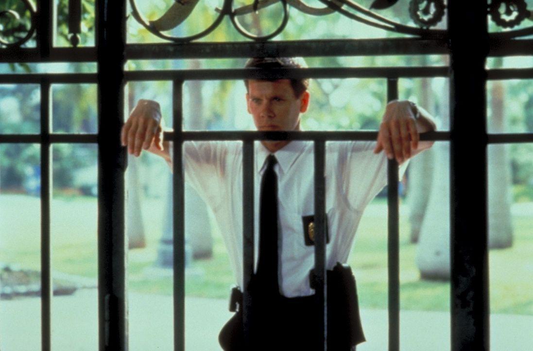 Obwohl der Lehrer Sam freigesprochen wurde, beschatten Polizeikommissar Duquette (Kevin Bacon) und sein Kollege Perez ihn weiterhin - bis schließli... - Bildquelle: Columbia Tri-Star