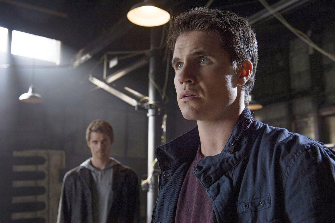 Kann die Vergangenheit John (Luke Mitchell, l.) und Stephen (Robbie Amell, r.) helfen, den Mord an vielen unschuldigen Menschen zu verhindern? - Bildquelle: Warner Bros. Entertainment, Inc