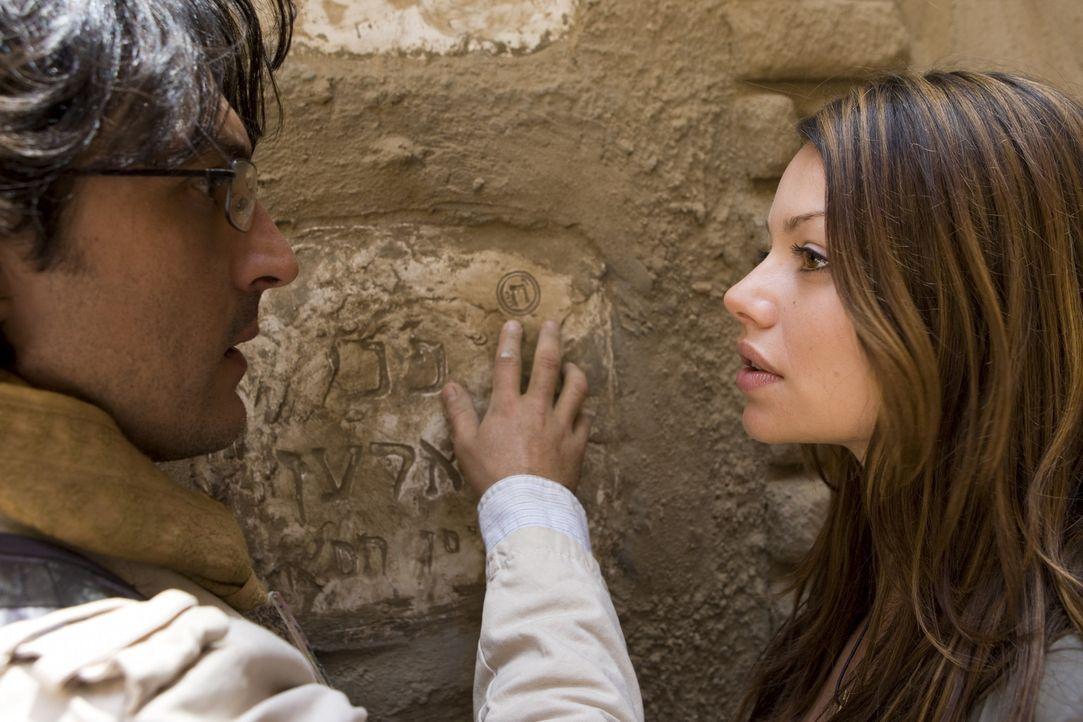 Als Johanna (Cosma Shiva Hagen, r.) und Simon (Olivier Sitruk, l.) auf das Grab der Seherin Nora stoßen, ahnen sie, dass die Lösung nicht mehr fer... - Bildquelle: ProSieben
