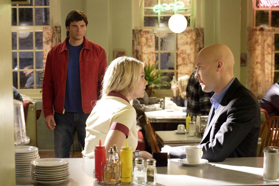Kurz bevor Karas (Laura Vandervoort, M.) fanatischer Freund durchdreht, wollen Lex (Michael Rosenbaum, r.) und Clark (Tom Welling, l.) sie überzeuge... - Bildquelle: Warner Bros.