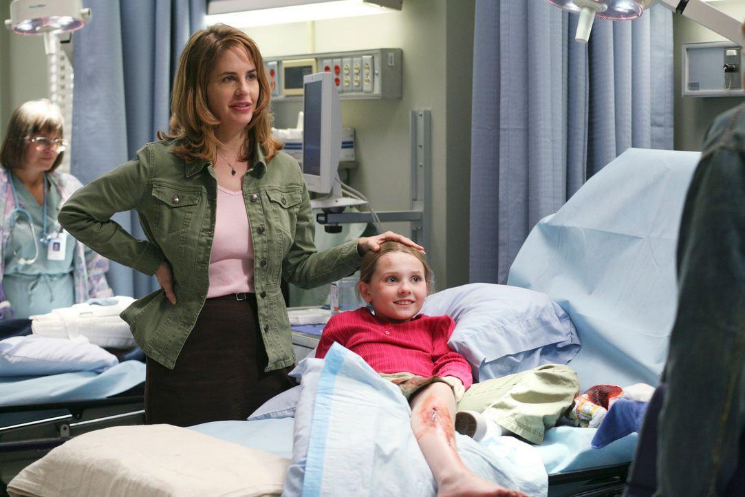 Die kleine Megan (Abigail Breslin, r.) wird von ihrer Pflegemutter (Stephanie Erb, l.) ins Krankenhaus gebracht. Alex ist misstrauisch, da die klein... - Bildquelle: Touchstone Television