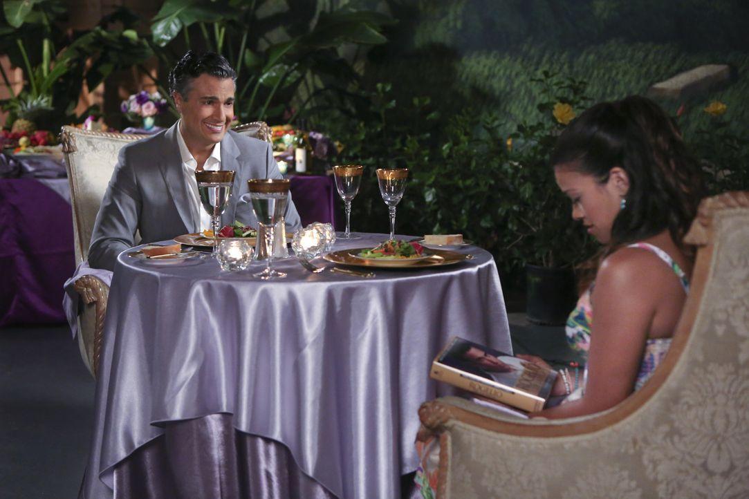 Wollen sich besser kennenlernen: Jane (Gina Rodriguez, r.) und ihr Vater Rogelio (Jaime Camil, l.) ... - Bildquelle: 2014 The CW Network, LLC. All rights reserved.