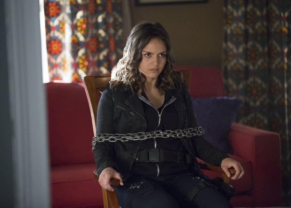 Rayna (Leslie-Anne Huff) versucht, Valerie und Alaric klar zu machen, dass nicht alle Vampire, die sie in dem Phoenix-Stein gefangen gehalten hat, s... - Bildquelle: Warner Bros. Entertainment, Inc.