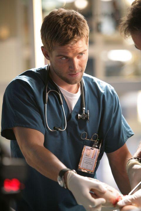 Fühlt dem neuen Kollegen auf den Zahn: Dr. Christopher DeLeo (Mike Vogel) ... - Bildquelle: Warner Brothers