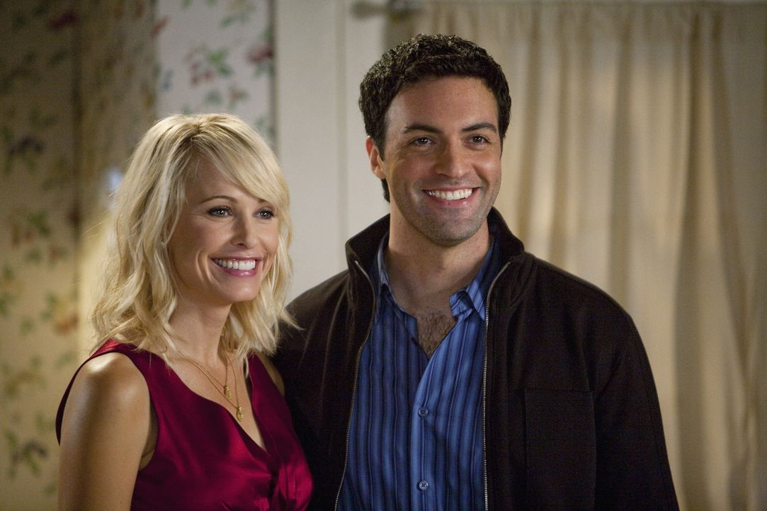 Kathleen (Josie Bissett, l.) und Dr. Jeff Zegay (Reid Scott, r.) wollen den nächsten Schritt wagen und heiraten ... - Bildquelle: Randy Holmes 2010 DISNEY ENTERPRISES, INC. All rights reserved.