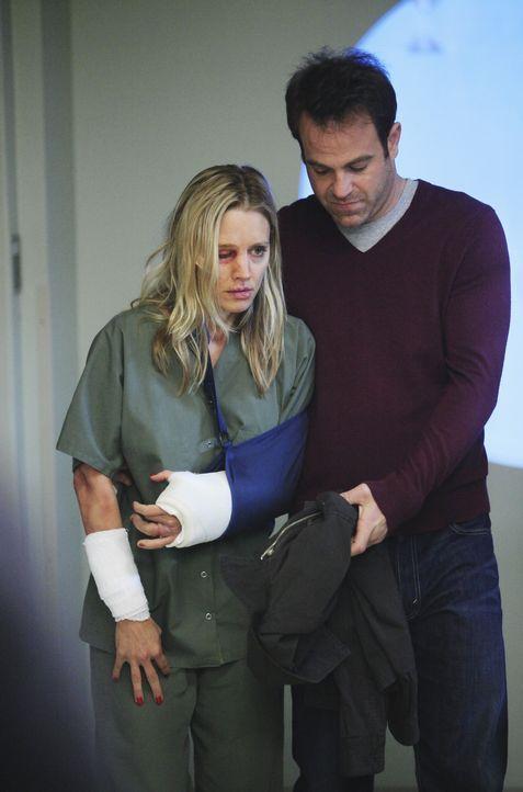 Nach dem schrecklichen Überfall auf Charlotte (KaDee Strickland, l.) macht sich Cooper (Paul Adelstein, r.) große Sorgen um sie, allerdings kennt er... - Bildquelle: ABC Studios