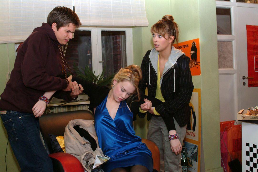 Die neue Mitbewohnerin Kim (Lara-Isabelle Rentinck, M.) hat das totale Chaos in der WG angerichtet. Während Hannah (Laura Osswald, r.) noch Verstä... - Bildquelle: Sat.1