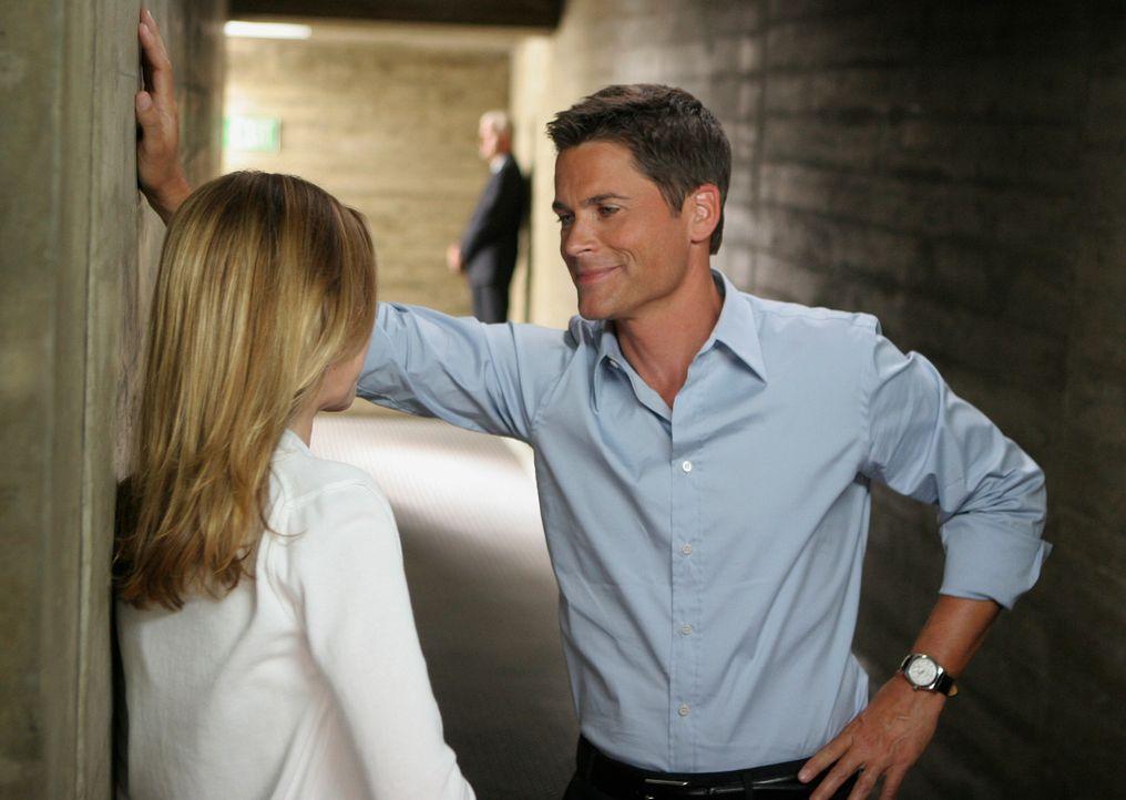 Kitty (Calista Flockhart, l.) versucht Robert (Rob Lowe, r.) dazu zu überreden, dass er mit seiner Ex-Frau spricht ... - Bildquelle: Disney - ABC International Television
