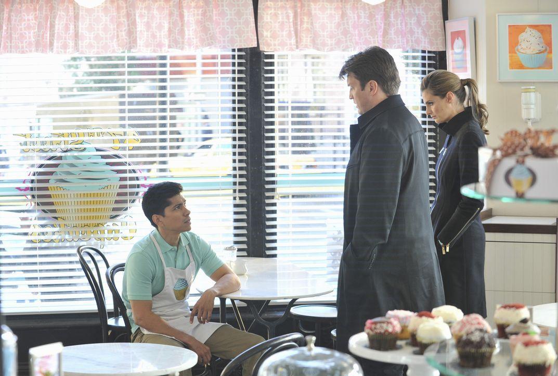 Castle (Nathan Fillion, M.) und Beckett (Stana Katic, r.) befragen den Bäckerlehrling Todd (Jeremy Ray Valdez, l.) zum grausamen Tod seines Chefs, d... - Bildquelle: ABC Studios
