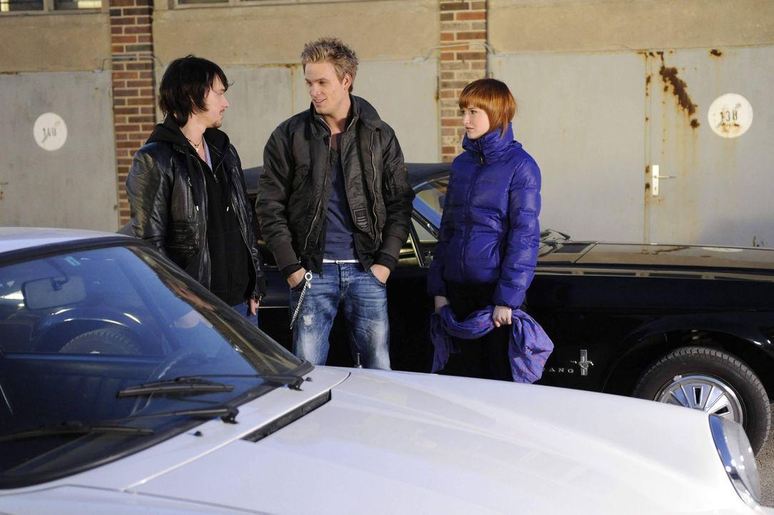 Ben (Christopher Kohn, l.) und Sophie (Francisak Friede, r.) haben Bedenken, als Ronnie (Frederic Heidorn, M.) eine gefährliche Rennstrecke für di... - Bildquelle: SAT.1