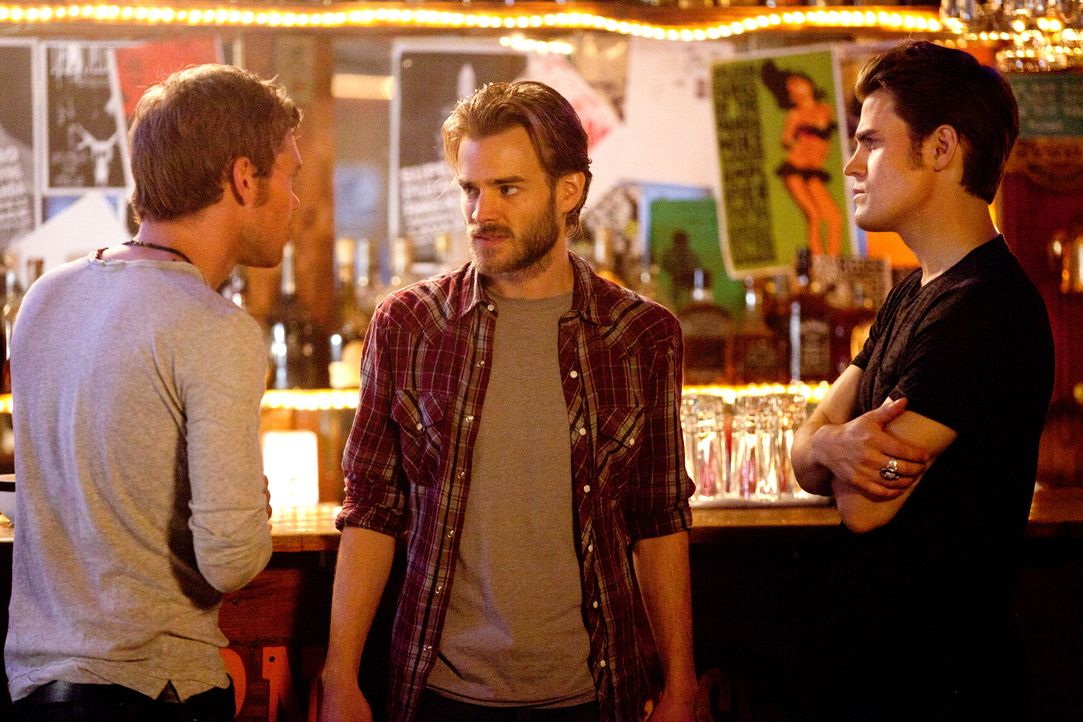 Klaus (Joseph Morgan, l.) hat den Werwolf Ryan (David Gallagher, M.) aufgespürt und will ihn und sein Rudel zu Seinesgleichen machen. - Bildquelle: © Warner Bros. Entertainment Inc.