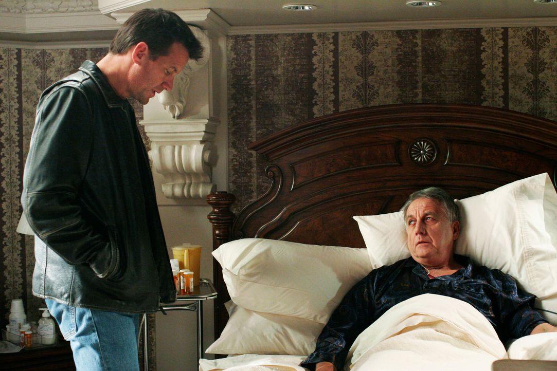 Mike Delfino (James Denton, l.) besucht den im Sterben liegenden Noah Taylor (Bob Gunton, r.) und erzählt ihm, dass er den Mann, der für Deirdres To... - Bildquelle: 2005 Touchstone Television  All Rights Reserved