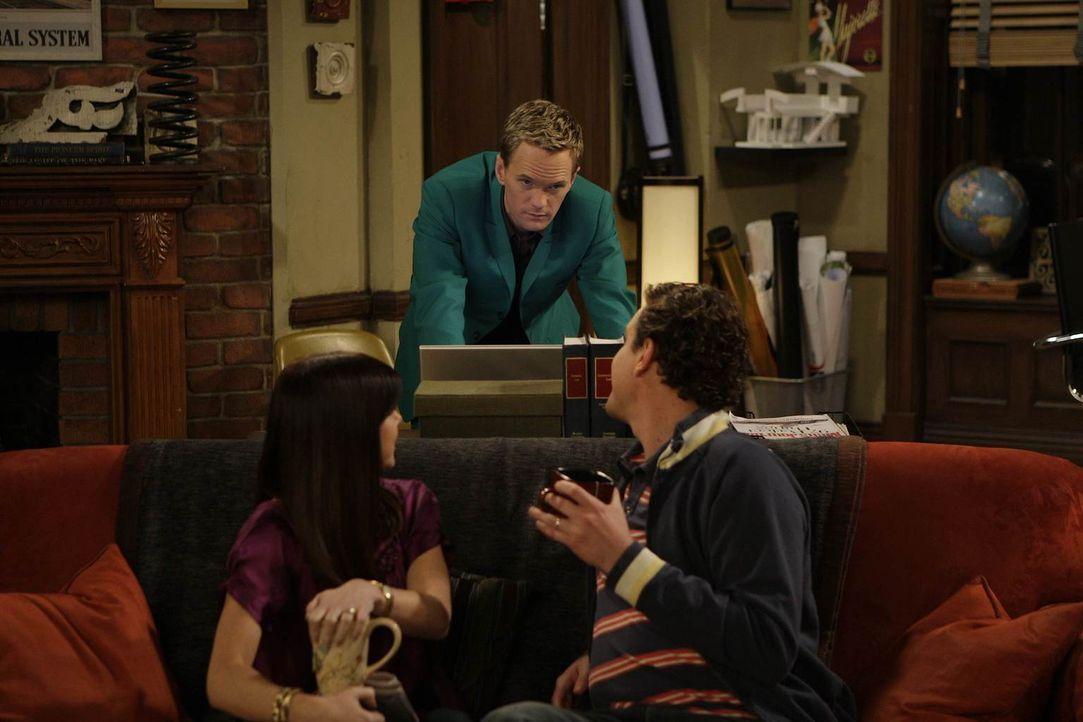 Während Barney (Neil Patrick Harris, M.) mit Ted auf Tour geht, sehen sich Marshall (Jason Segel, r.) und Lily (Alyson Hannigan, l.) noch einmal die... - Bildquelle: 20th Century Fox International Television