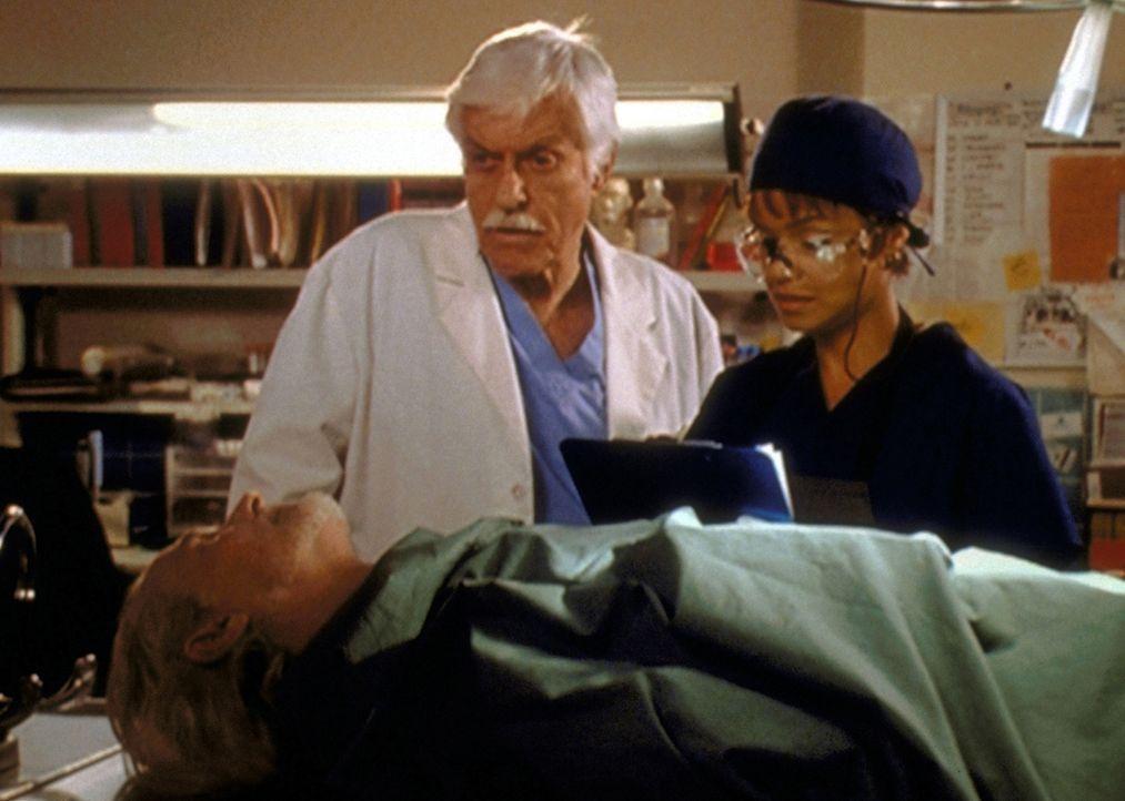 Mark (Dick Van Dyke, M.) und Amanda (Victoria Rowell, r.) stehen voller Entsetzen vor der Leiche ihrer Kollegin Dr. Mason, die im Dienst ermordet wu... - Bildquelle: Viacom