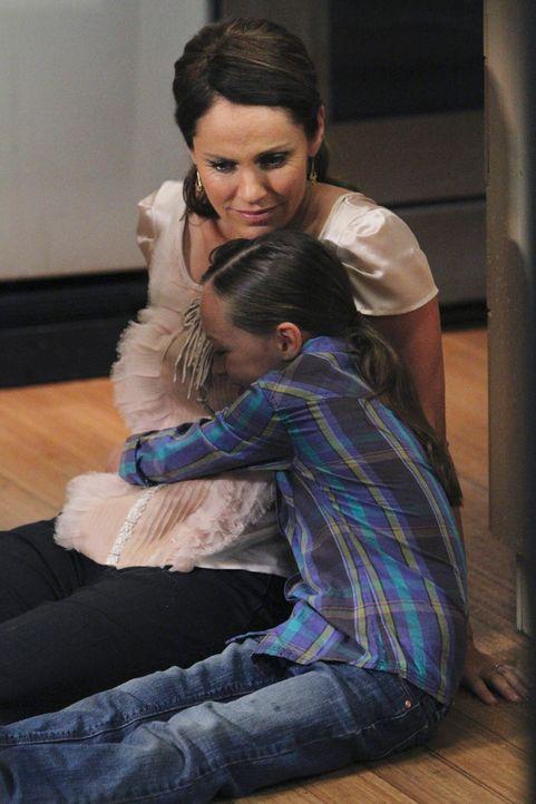 Violet (Amy Brenneman, l.) hat eine ganz besondere Beziehung zu Betsy (Hailey Sole, r.) und kann sie einigermaßen aufmuntern. Kurzerhand bietet sie... - Bildquelle: ABC Studios