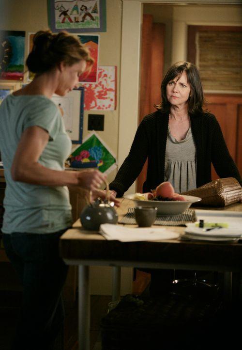 Sarah (Rachel Griffiths, l.) ist mit ihrem Latein am Ende, doch Nora (Sally Field, r.) hat eine Idee ... - Bildquelle: 2008 ABC INC.