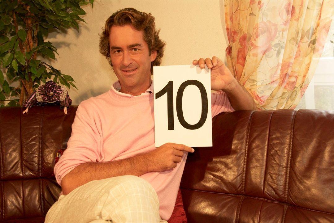 Udo freut sich auf sein von den Kandidaten ausgewähltes Bewerbungsoutfit und gibt dem schon mal die höchste Punktzahl. - Bildquelle: Walter Wehner Sat.1