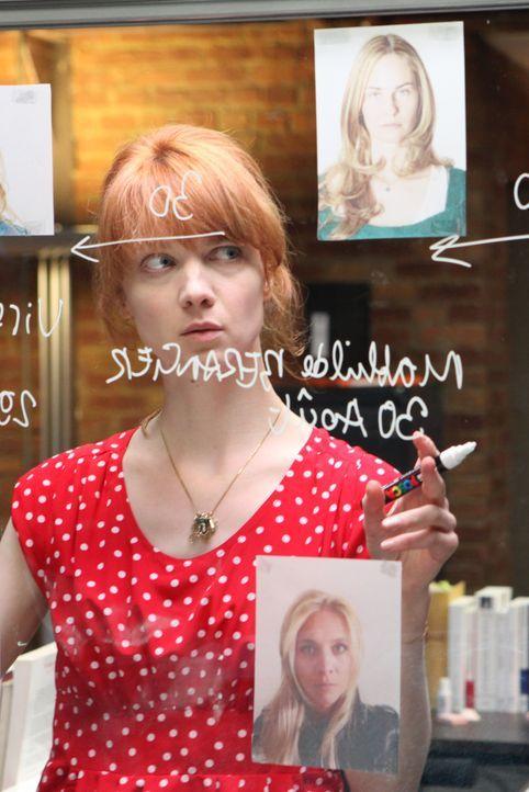 Bei ihrem neusten Fall muss Chloé (Odile Vuillemin) viele Puzzleteile zusammenfügen und dabei auch die Geschichten vergewaltigter Frauen näher betra... - Bildquelle: Xavier Cantat 2011 BEAUBOURG AUDIOVISUEL / Xavier Cantat