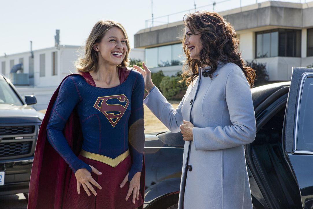 Supergirl Kara (Melissa Benoist, l.) ist überaus stolz, die Präsidentin Marsdin (Lynda Carter, r.), die Frieden zwischen den Menschen und den Aliens... - Bildquelle: 2016 Warner Bros. Entertainment, Inc.