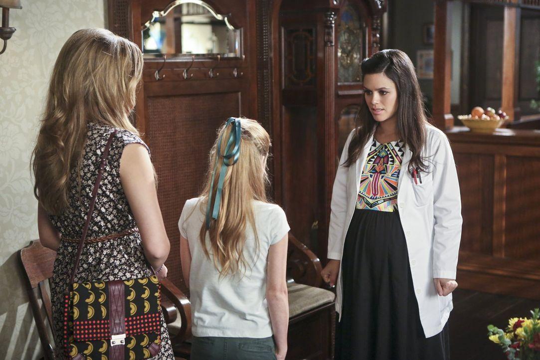 Obwohl Zoe (Rachel Bilson, r.) Brick versprochen hat keinen Kontakt mehr zu seiner Exfrau oder dessen Familie zu haben, tauchen diese immer wieder i... - Bildquelle: 2014 Warner Brothers