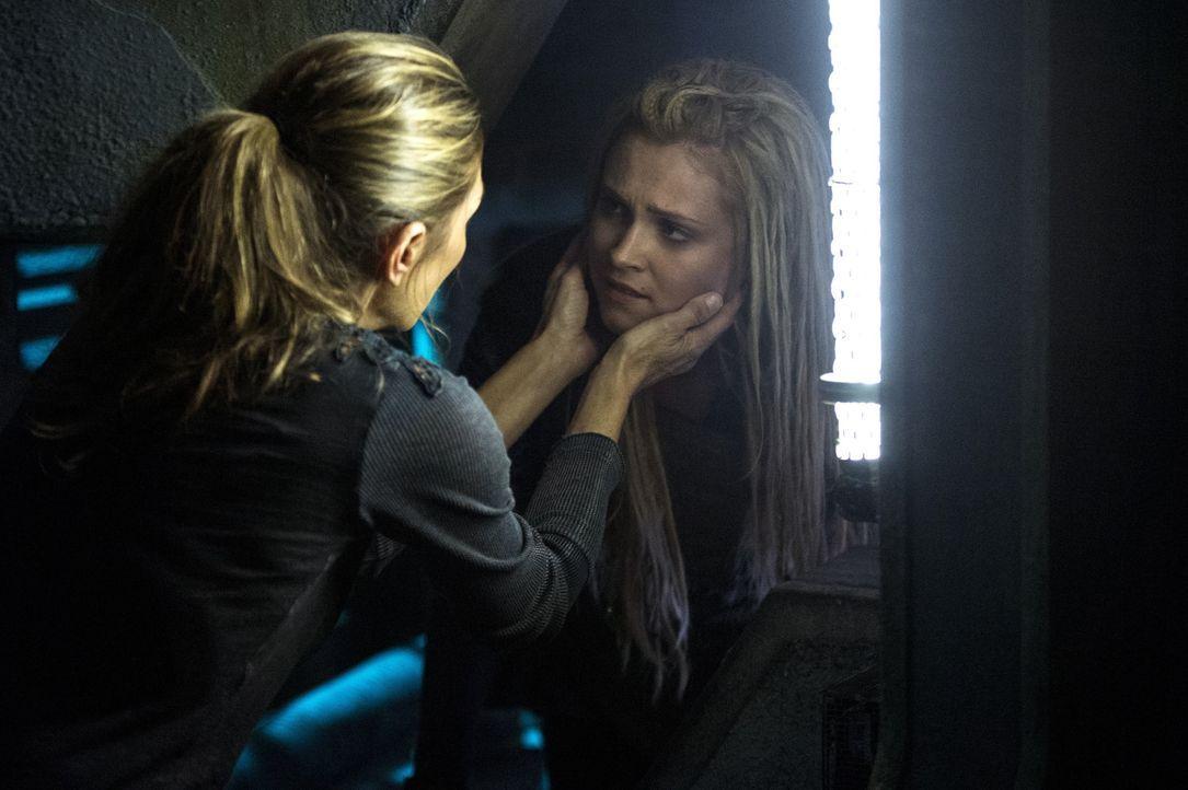 Die Einstellung Blut für Blut könnte nicht nur für Clarke (Eliza Taylor, r.) und Abby (Paige Turco, l.) das Todesurteil bedeuten ... - Bildquelle: 2014 Warner Brothers