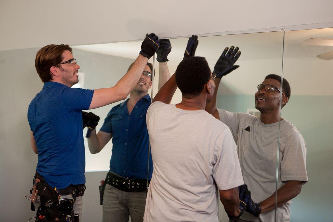Selbst Fred (r.) packt mit an, als Jonathan (l.) und sein Team beginnen, das neu erworbene, renovierungsbedürftige Haus in einen Wohnpalast zu verwa... - Bildquelle: Jessica McGowan 2014, HGTV/Scripps Networks, LLC. All Rights Reserved