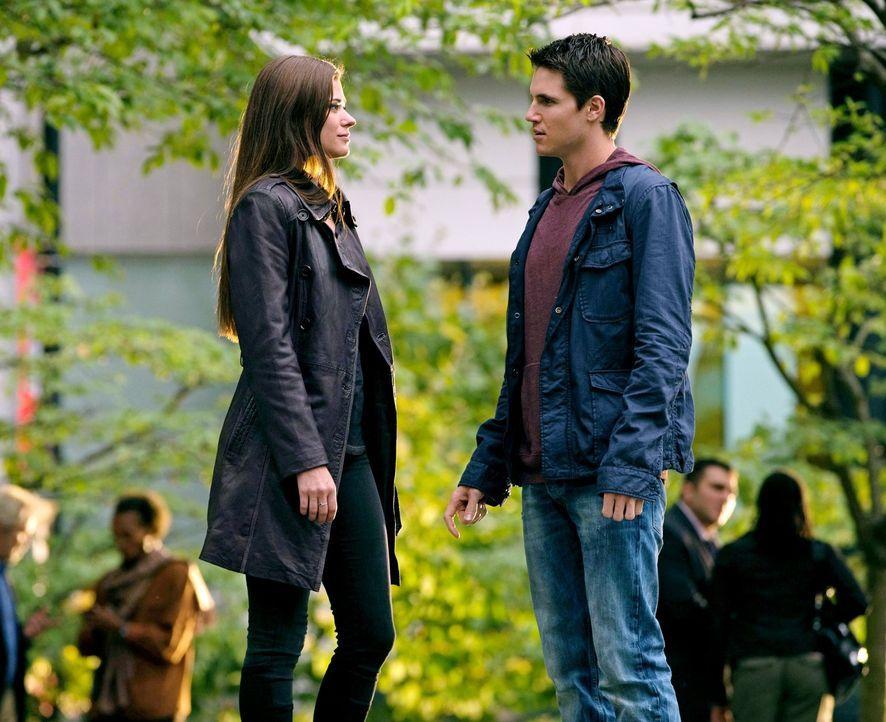 """Während Stephen (Robbie Amell, r.) und Cara (Peyton List, l.) versuchen, eine junge Frau vor """"Ultra"""" zu retten, macht Dr. Price eine Beobachtung ... - Bildquelle: Warner Bros. Entertainment, Inc"""