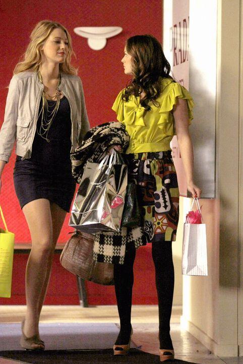 Während Nate versucht, Blair (Leighton Meester, r.) von Chuck fernzuhalten, wird Serenas (Blake Lively, l.) Verhältnis zu Gabriel immer komplizierte... - Bildquelle: Warner Brothers