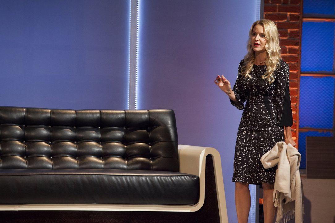 Testet jede Couch ganz genau: Christiane Lemieux ... - Bildquelle: 2015 Warner Bros.