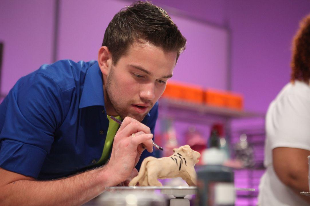 Mit Liebe zum Detail arbeitet Dylan Humphrey an einer Löwenskulptur für seine Zoo Torte ... - Bildquelle: 2016,Television Food Network, G.P. All Rights Reserved