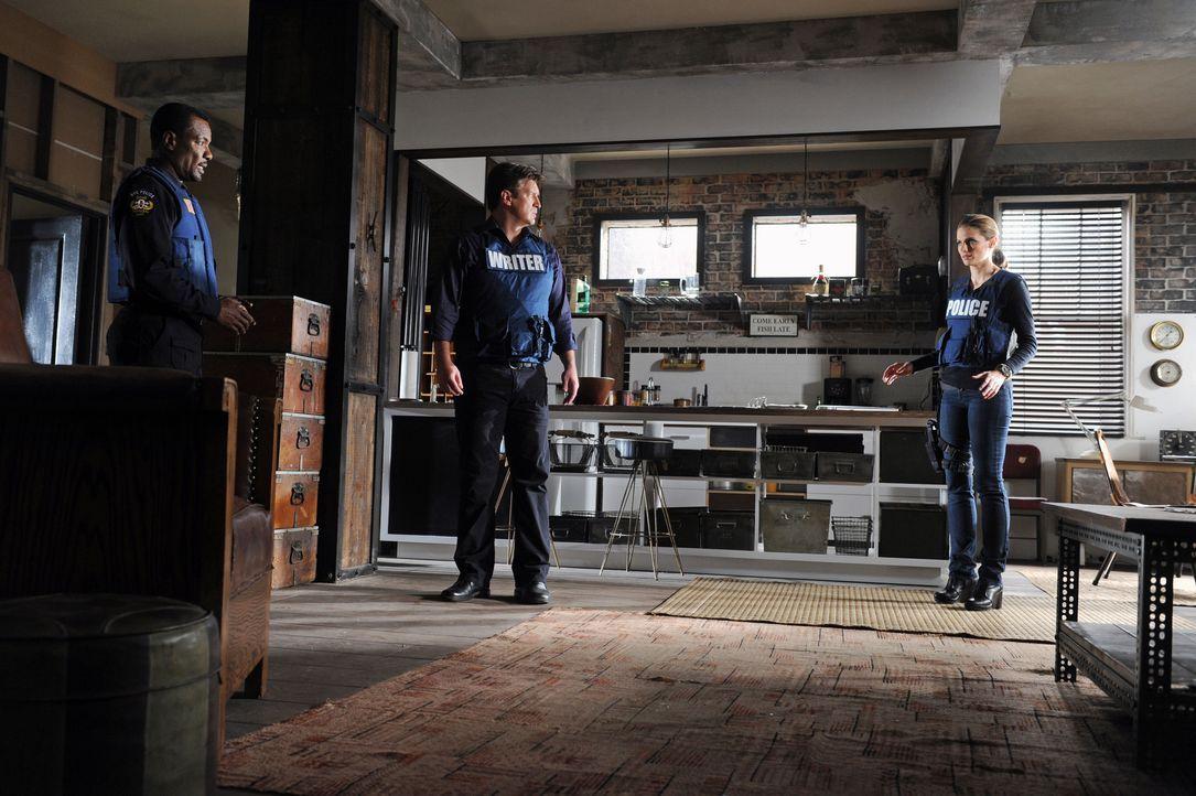 Captain Frank Mahoney (Allan Louis, l.) teilt Beckett (Stana Katic, r.) mit, dass sie sich auf keinen Fall bewegen darf, weil sie auf einem versteck... - Bildquelle: ABC Studios