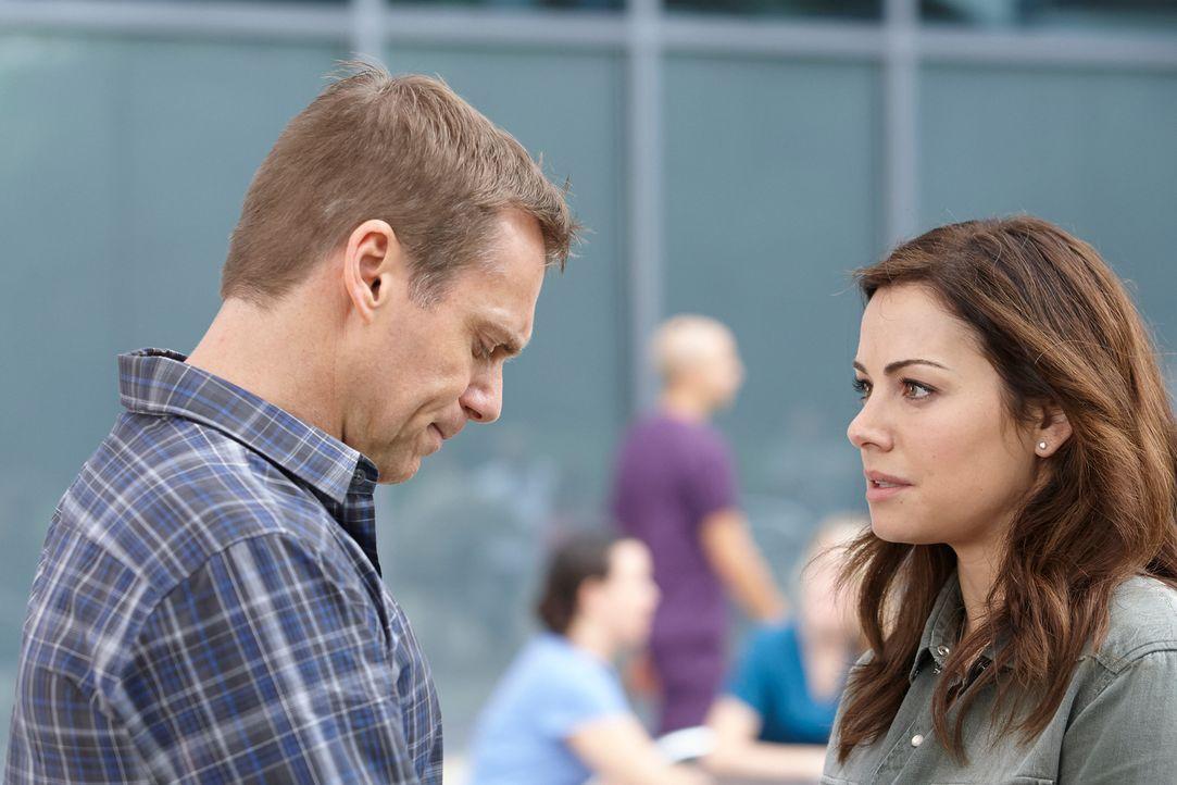Für Charlie (Michael Shanks, l.) ist es besonders schwer, Alex (Erica Durance, r.) nach den schrecklichen Ereignissen gegenüber zu treten ... - Bildquelle: 2012  Hope Zee One Inc.