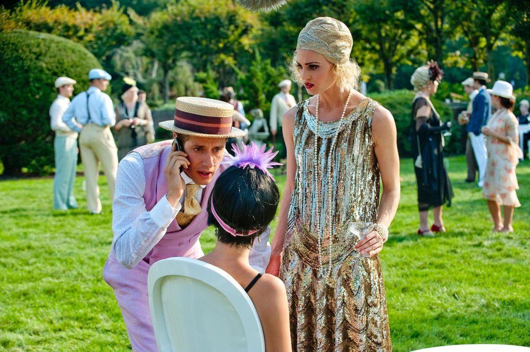 Paige (Brooke D'Orsay, r.) und Evan (Paulo Costanzo, l.) sind gerade zufällig zur Stelle, als Mikell (Liz Holtan, M.) fast in Ohnmacht fällt ... - Bildquelle: Universal Studios