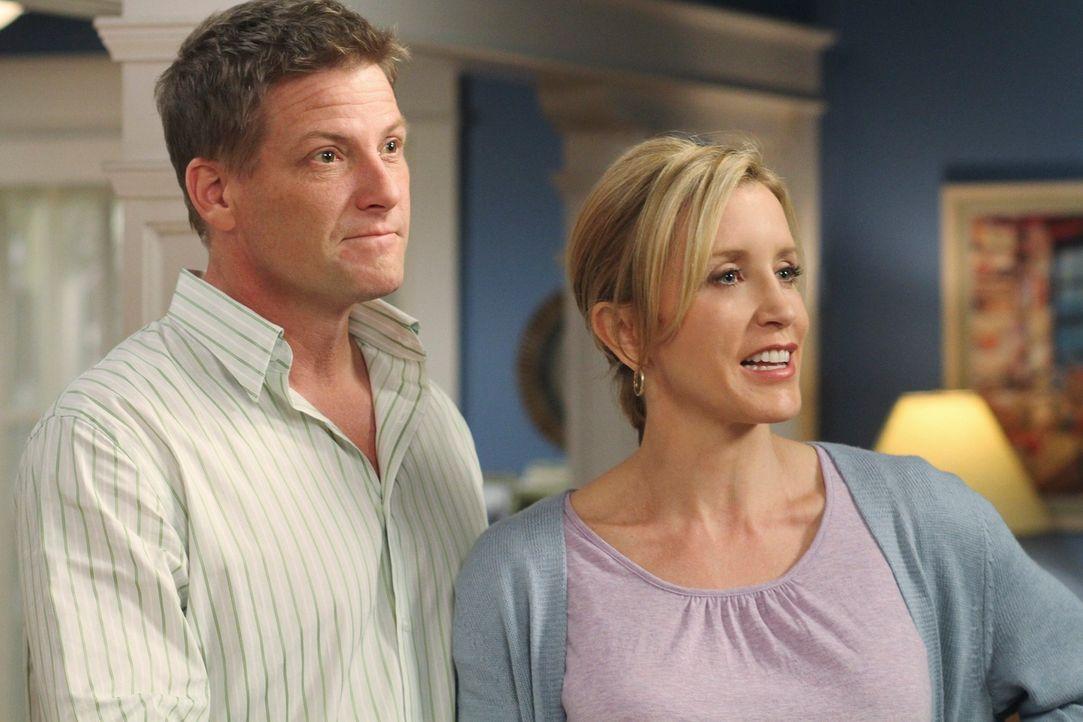 Zu Lynettes (Felicity Huffman, r.) und Toms (Doug Savant, l.) Leidwesen, wollen Irina und Preston sofort heiraten ... - Bildquelle: ABC Studios