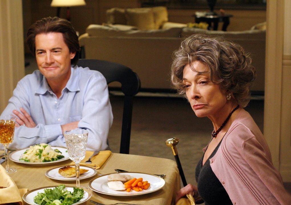 Eines Abends mündet ein Streit zwischen Gloria (Dixie Carter, r.) und Orson (Kyle MacLachlanin, l.) der Beschuldigung, dass Orson seine Frau Alma mi... - Bildquelle: 2005 Touchstone Television  All Rights Reserved