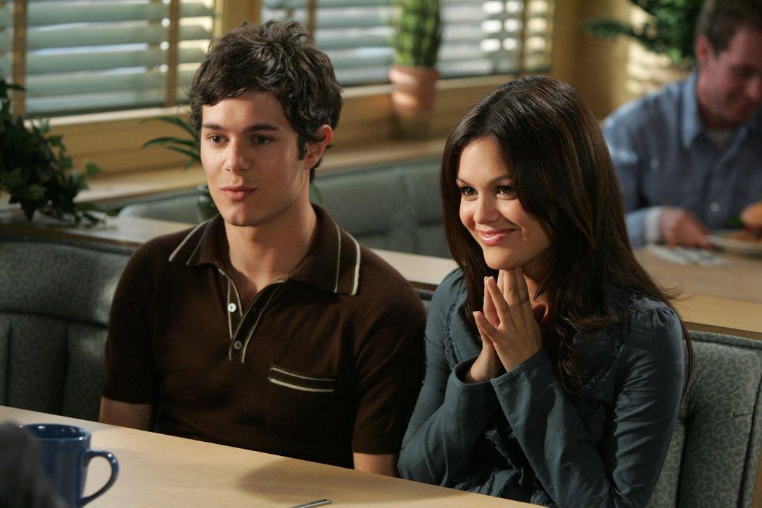 Seth (Adam Brody, l.) und Summer (Rachel Bilson, r.) hecken einen Plan aus, um Ryan zurück an die Harbor High School zu bringen ... - Bildquelle: Warner Bros. Television