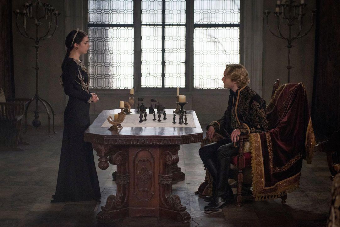 Sie müssen lernen, ihre Differenzen beiseite zu legen, als Truppen die Burg angreifen: Mary (Adelaide Kane, l.) und Francis (Toby Regbo, r.) ... - Bildquelle: Christos Kalohoridis 2014 The CW Network, LLC. All rights reserved.