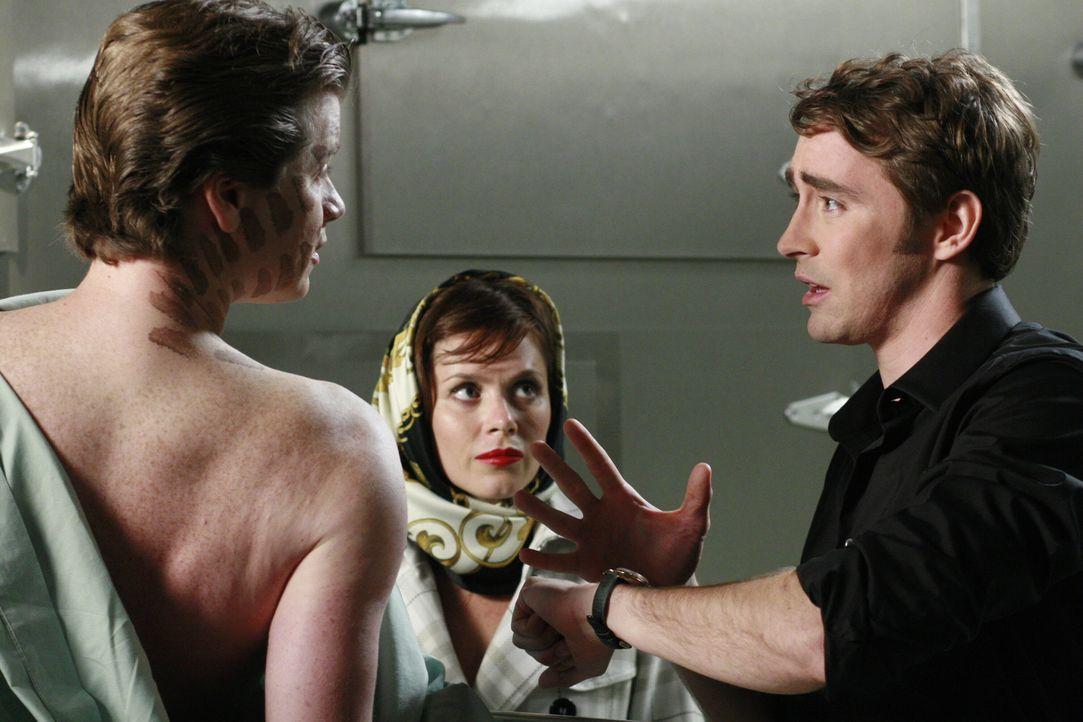 Bernard (Jonathan Mangum, vorne) ist sich sicher, dass ein Dummy für seinen Tod verantwortlich ist. Klar, dass Chuck (Anna Friel, l.) und Ned (Lee P... - Bildquelle: Warner Brothers