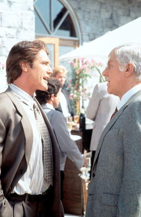 Dr. Sloan (Dick Van Dyke, r.) und sein Sohn Steve (Barry Van Dyke, l.) befinden sich auf einer Gartenparty. - Bildquelle: Viacom