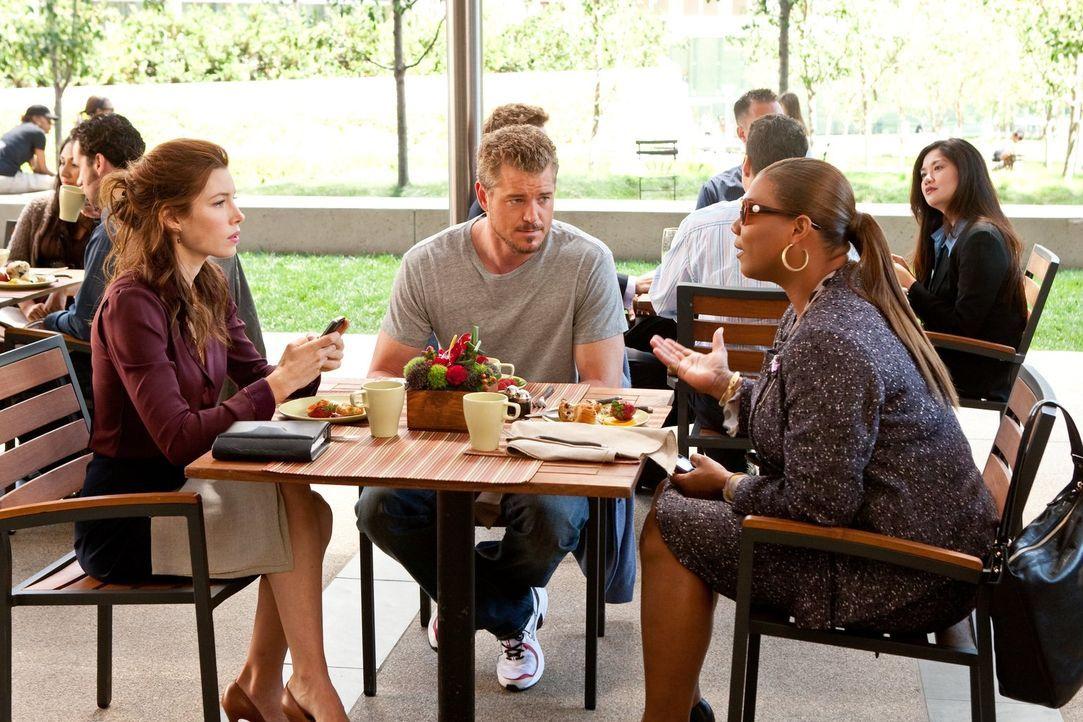 Der erfolgreiche Footballspieler Sean Jackson (Eric Dane, M.) trifft am Valentinstag eine Entscheidung, die ihn seine Karriere kosten könnte. Wie we... - Bildquelle: 2010 Warner Bros.