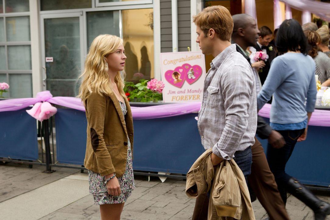 Da Eric (Shaun Sipos, r.) sein Portemonnaie vergessen hat, schlägt Lux (Brittany Robertson, l.) kurzer Hand vor, sich bei einer Hochzeit einzuschlei... - Bildquelle: The CW   2010 The CW Network, LLC. All Rights Reserved