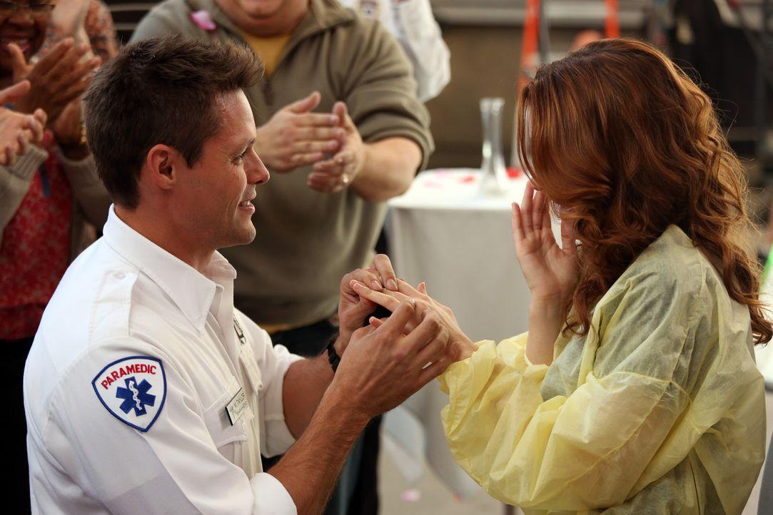 Matthew (Justin Bruening, l.) hält um Aprils (Sarah Drew, r.) Hand an ... - Bildquelle: ABC Studios