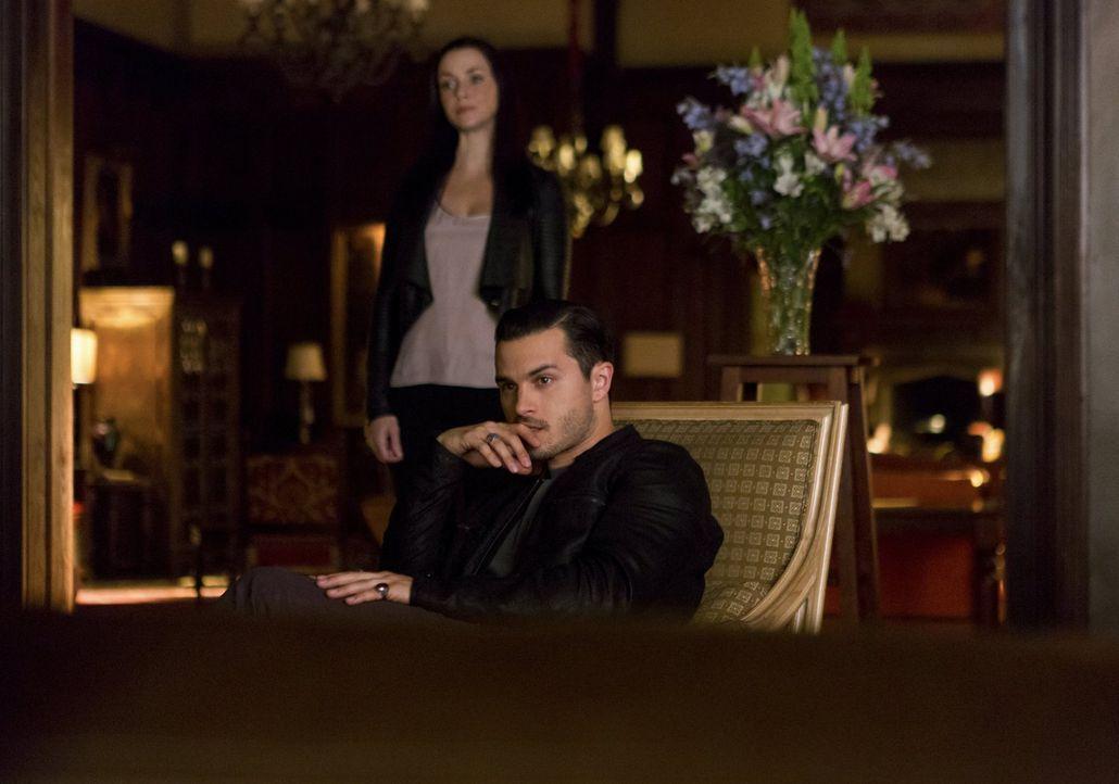 Während Lily (Annie Wersching, l.) hofft, endlich Julians Körper zu finden, stößt Enzo (Michael Malarkey, r.) vollkommen unerwartet auf ein weiteres... - Bildquelle: Warner Bros. Entertainment, Inc.