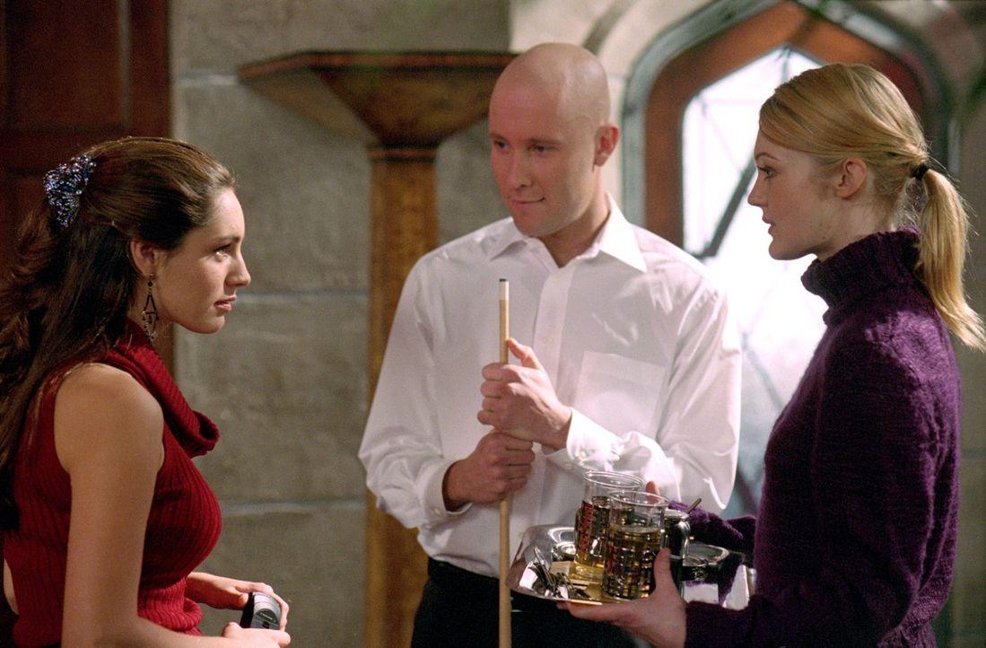 Schnell verdächtigen alle zunächst Amy (Azura Skye, r.), die Tochter von Lex' Hausangestellten, für die merkwürdigen Vorfälle um Victoria (Kelly Bro... - Bildquelle: Warner Bros.
