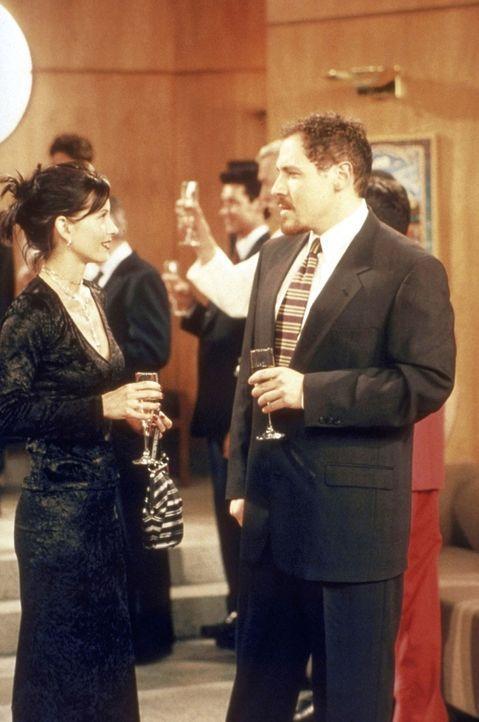 Millionär Pete (Jon Favreau, r.) kommt bei Monica (Courteney Cox, l.) nur äußerst schleppend voran. - Bildquelle: TM+  2000 WARNER BROS.