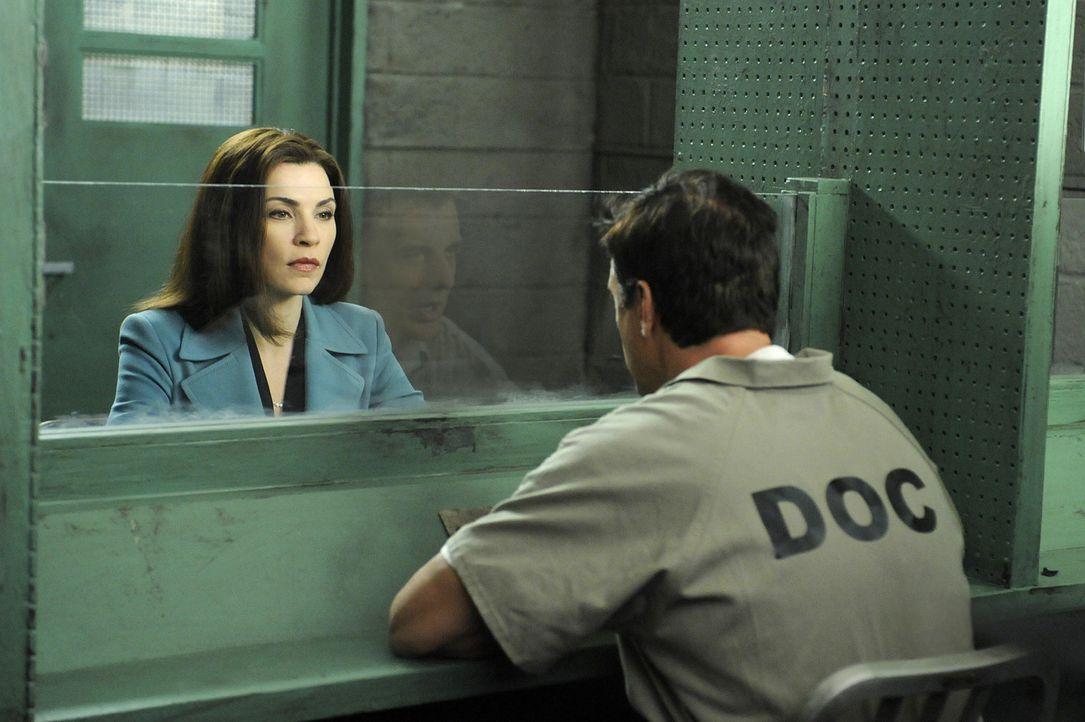 Peters (Chris Noth, r.) Widersacher Glenn Childs setzt Kalinda auf ihn an, während Alicia (Julianna Margulies, l.) einem neuen Fall annimmt ... - Bildquelle: CBS Studios Inc. All Rights Reserved.