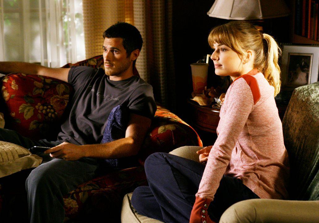 Justin (Dave Annable, l.) verspürt kaum noch Schmerzen in seinem verletzten Bein, Rebecca (Emily VanCamp, r.) wird misstrauisch... - Bildquelle: Disney - ABC International Television
