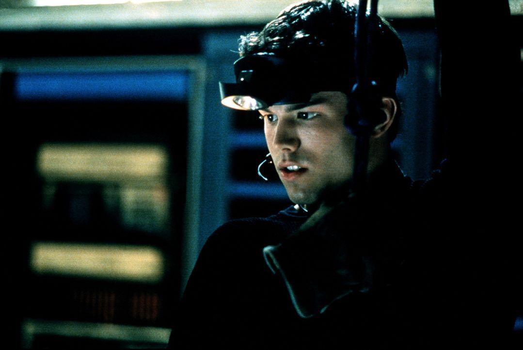 Andrew (Pete Jefferson) schleicht sich bei einem Computerspielkonzern ein, um seine Freundin zu retten ... - Bildquelle: Kushner-Locke Company
