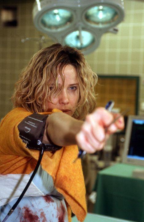 In panischer Angst verteidigt Annette (Ann-Kathrin Kramer) ihr ungeborenes Kind. - Bildquelle: Sat.1