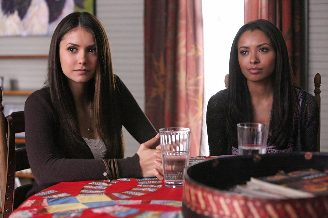Elena (Nina Dobrev, l.) begleitet Bonnie (Kat Graham, r.) zu ihrer Mutter Abby, die sie vor 15 Jahren zum letzten Mal gesehen hat ... - Bildquelle: Warner Brothers
